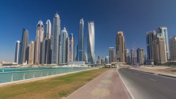 Malebný pohled Dubai Marina mrakodrapy s čluny timelapse hyperlapse, Skyline, pohled z moře, Spojené arabské emiráty