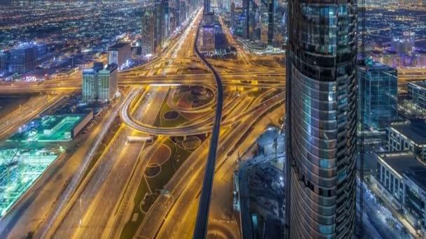 Malebné centrum Dubaje v noci timelapse. Střešní pohled Sheikh Zayed road s četnými světelné věže.