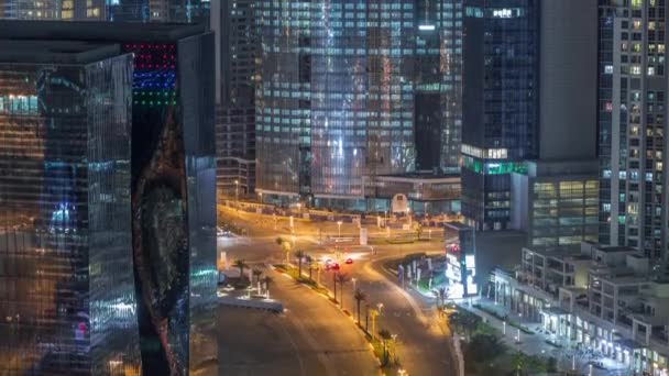 Top pohled na městský provoz na křižovatce v Dubaji Business Bay noc timelapse.