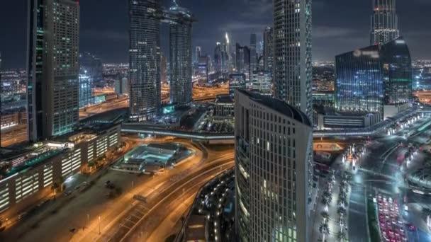 Letecký noční pohled na nové mrakodrapy a vysoké budovy Timelapse