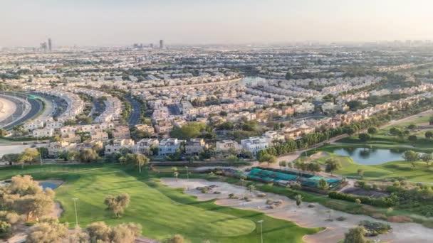 Luftaufnahme von Villen und Häusern mit Golfplatz mit grünem Rasen und Seen im Zeitraffer
