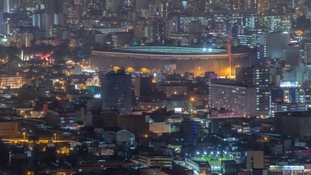 Luftaufnahme des Nationalstadions in der peruanischen Hauptstadt Lima vom Hügel San Cristobal in der Nacht