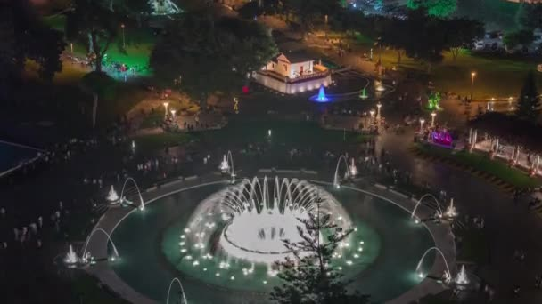Luftaufnahme zum Park des Reservats mit bunten magischen Wasserkreislauf größte Fontäne komplexe Nacht Zeitraffer