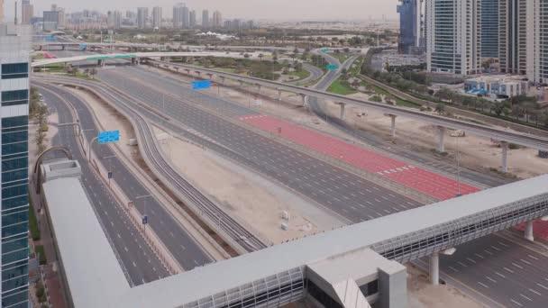 Légi felvétel az üres autópályáról és a személygépkocsik nélküli csomópontokról Dubaiban