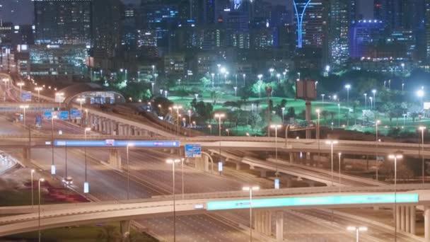 Letecký noční pohled na prázdnou dálnici a bez aut v Dubaji