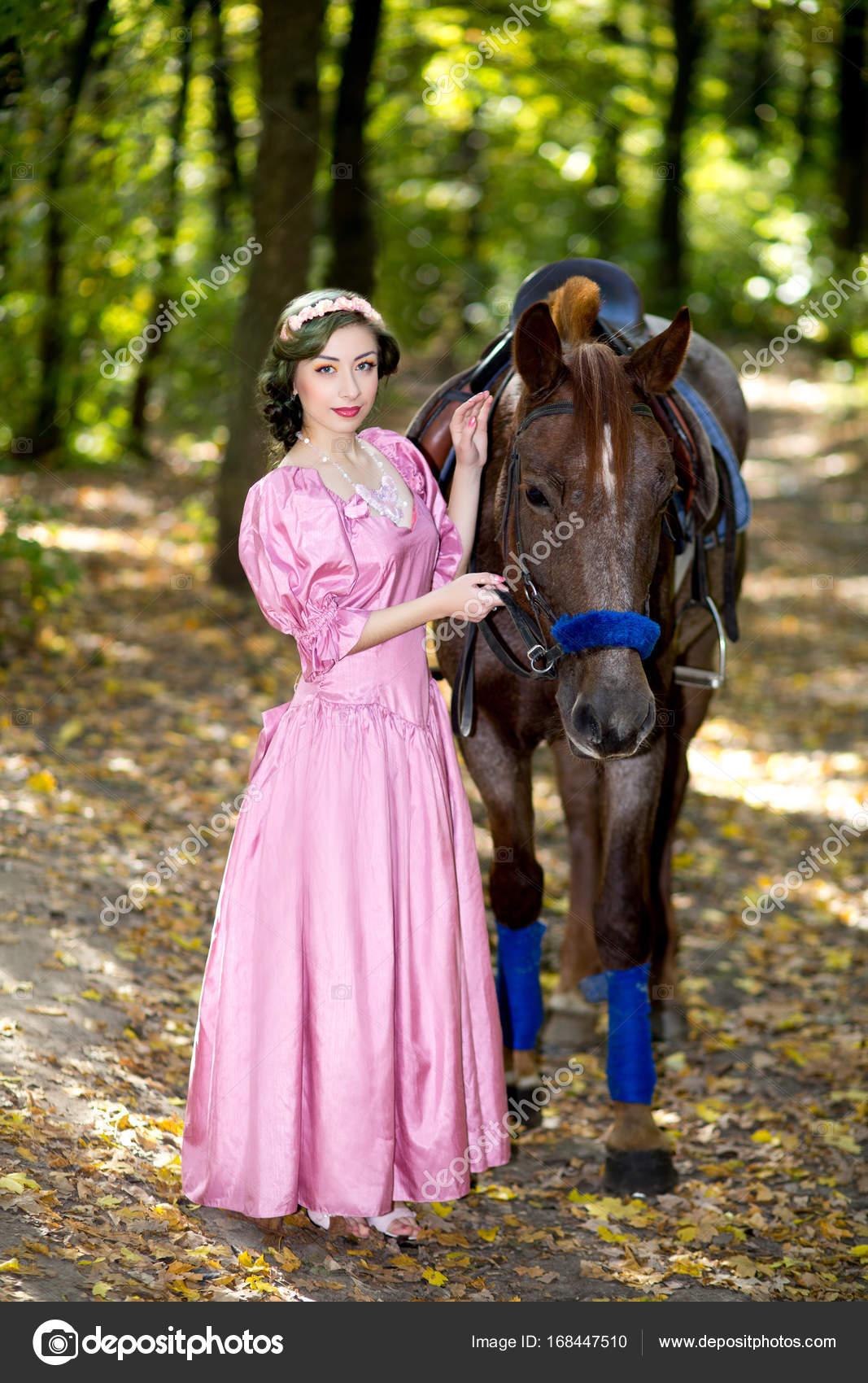 mujer cerca de caballo grande — Fotos de Stock © OlgaOsa #168447510