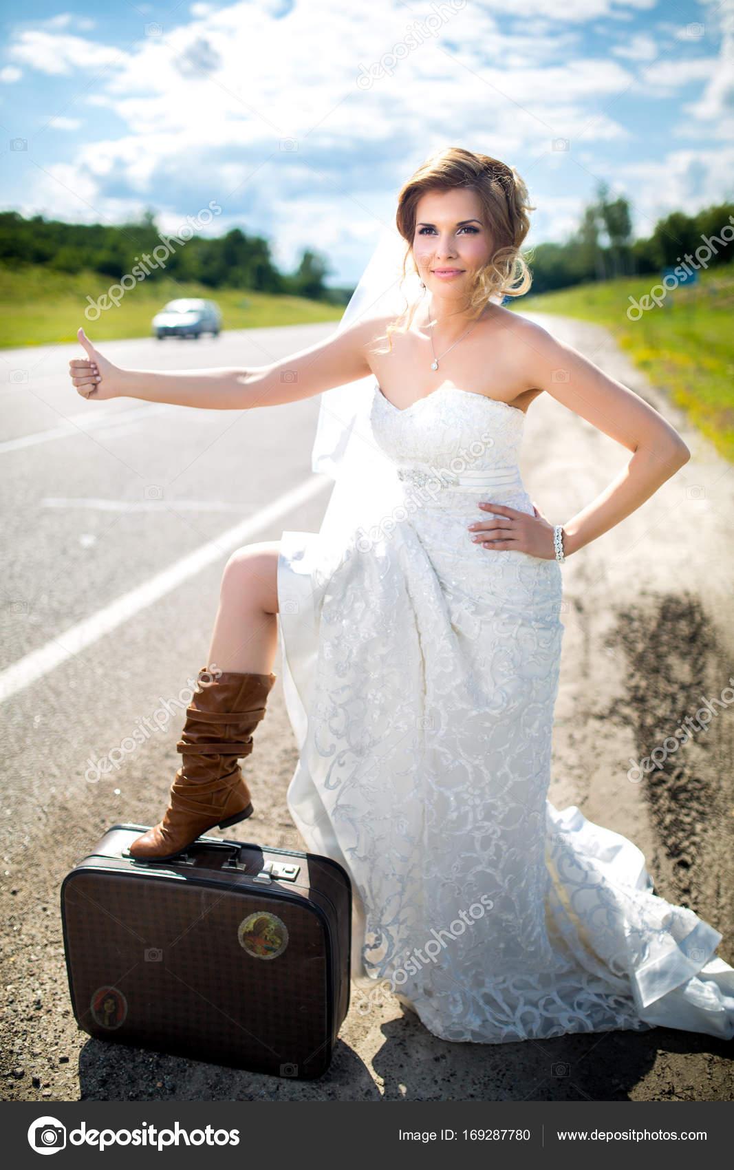 Schöne Braut Hochzeit — Stockfoto © OlgaOsa #169287780