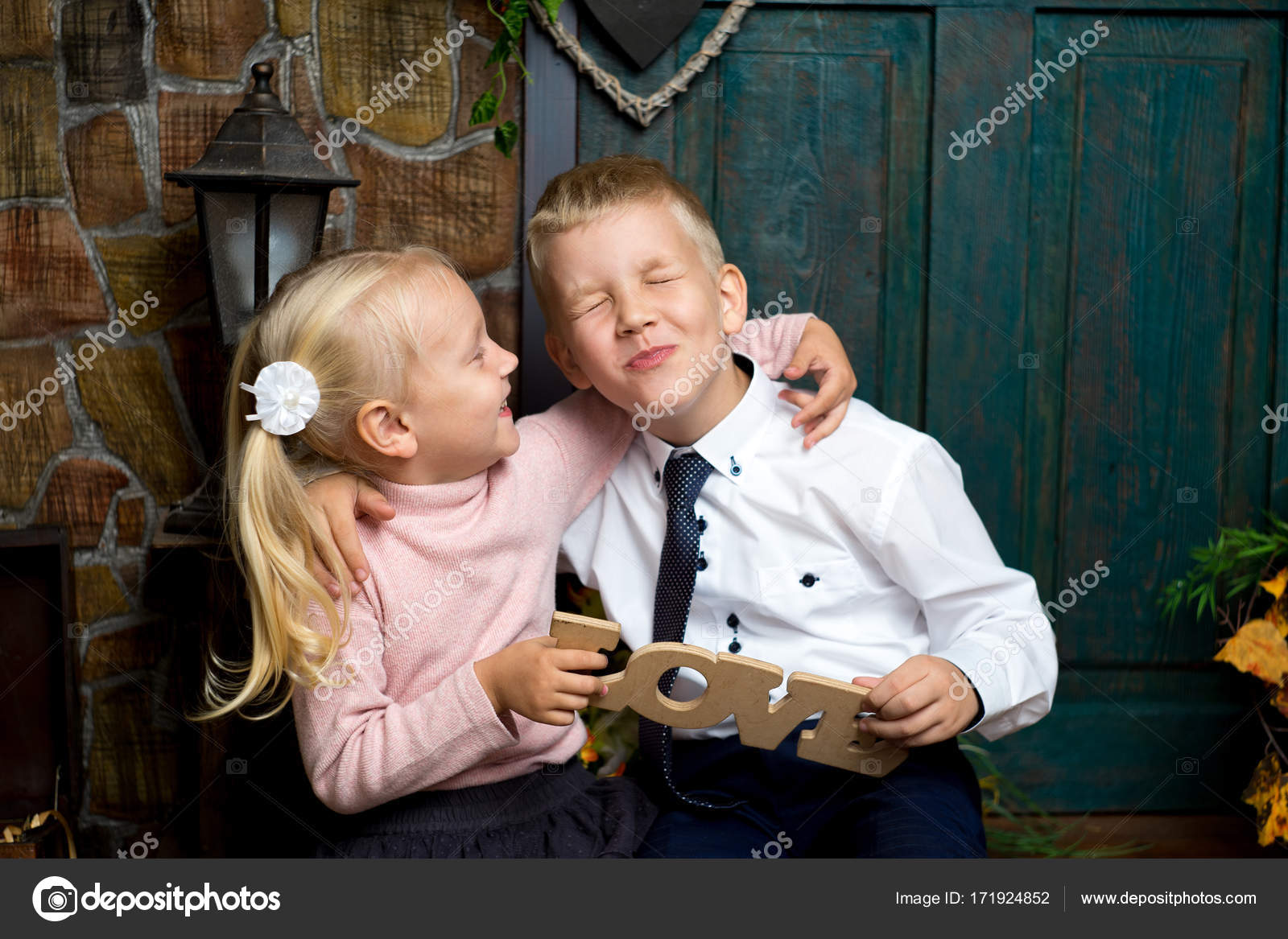 7575ce82828 Αγόρι κορίτσι παιδιά — Φωτογραφία Αρχείου © OlgaOsa #171924852