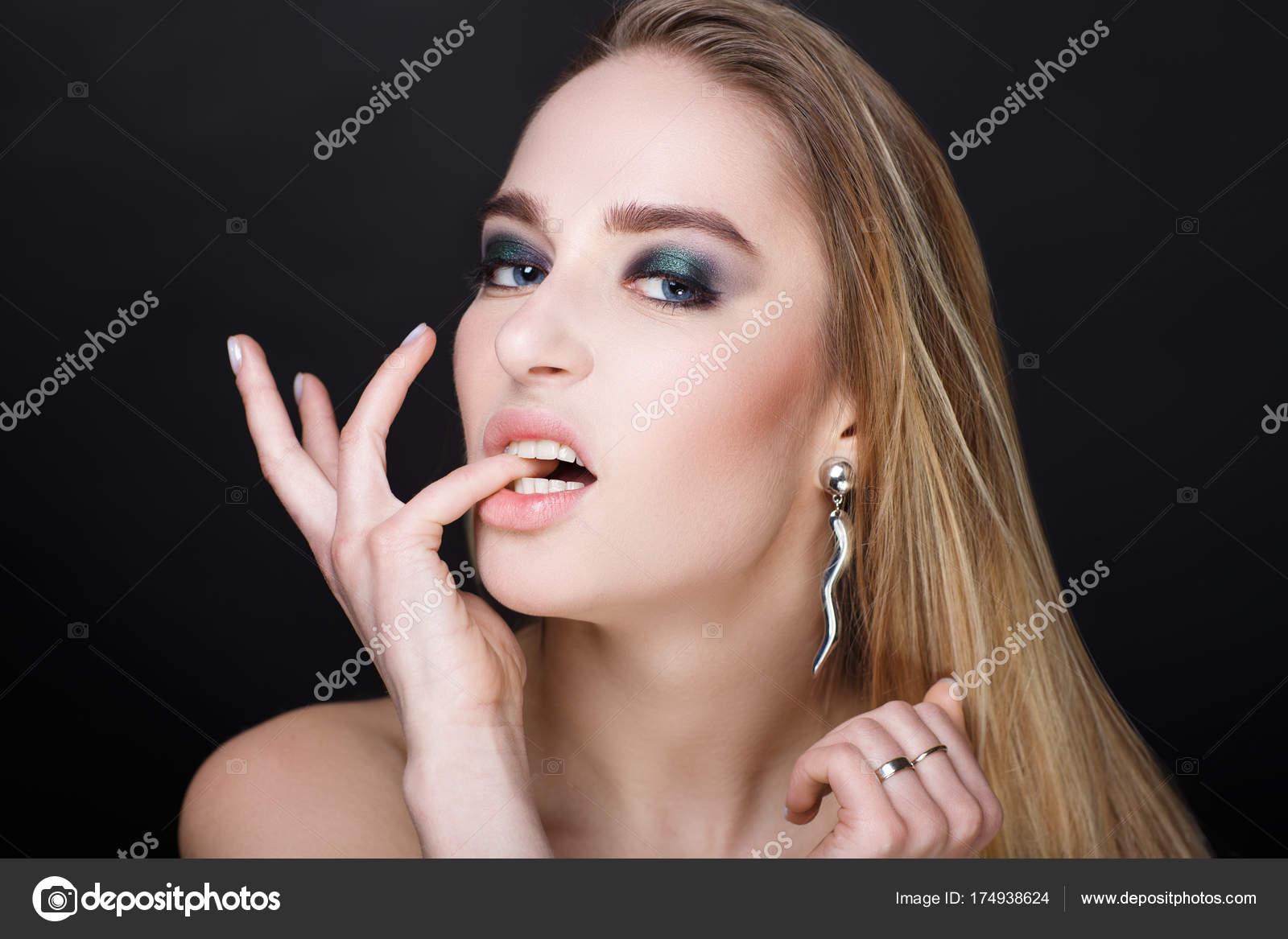 Девушка закусывает губу в сексе