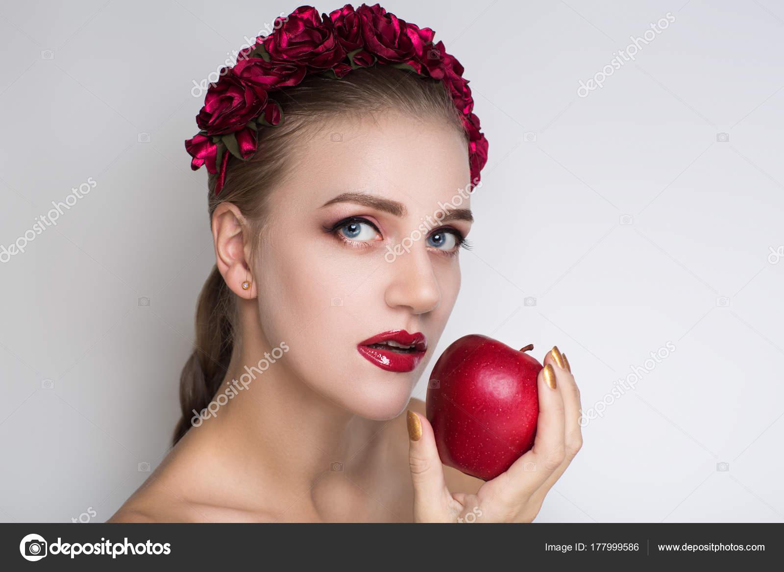 a7020e676c9 Γυναίκα κόκκινο μήλο — Φωτογραφία Αρχείου © OlgaOsa #177999586