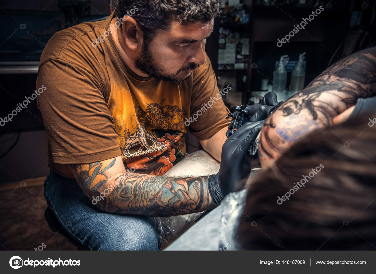 e5074ce57 Professional tattooer makes cool tattoo in tattoo parlor — Stock Photo