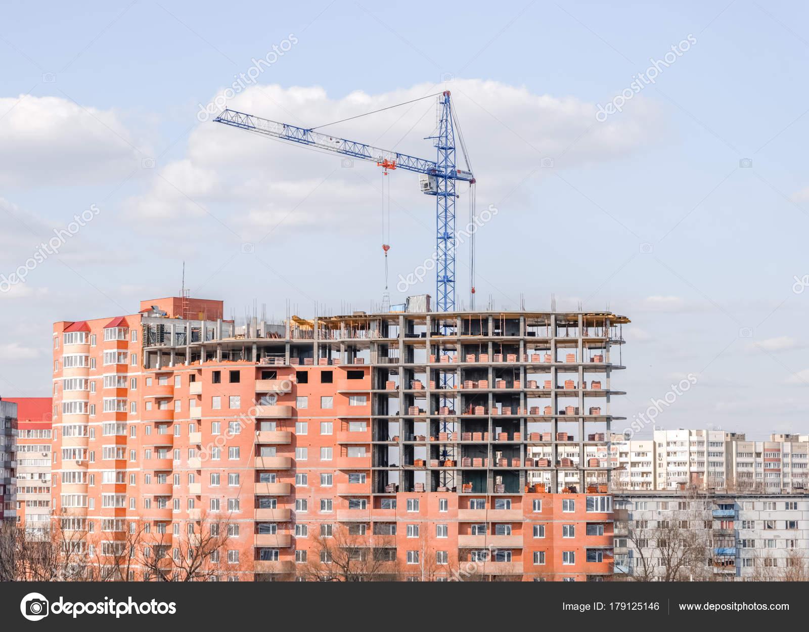 Een Nieuw Huis : Kraan tegen een nieuw blok van flats nieuw huis meerdere