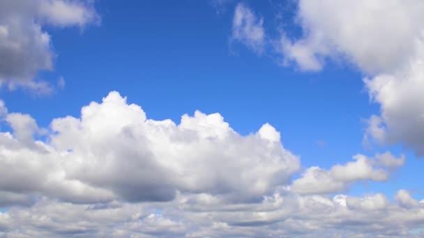 Kupovité mraky proti jasně modré obloze