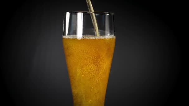 pivo se nalije do sklenice na černém pozadí