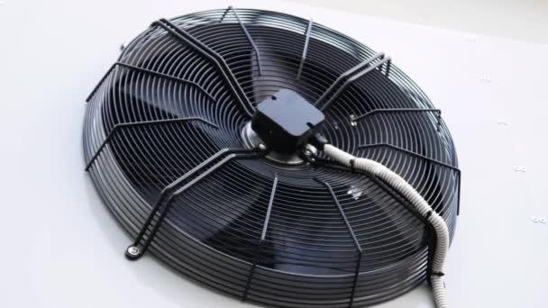 Externe Klimaanlage. Die Außeneinheit der Klimaanlage.