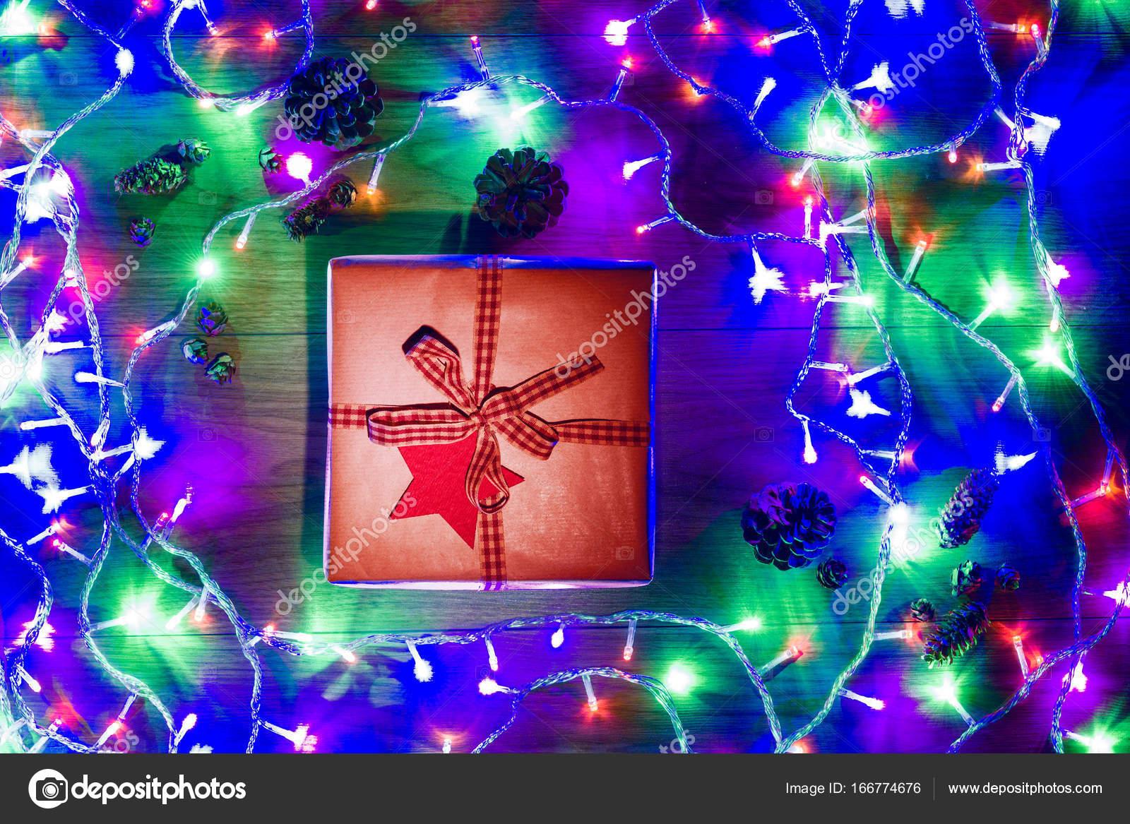 Schreibtisch-Ansicht von oben mit Weihnachtsgeschenk und Weihnachten ...
