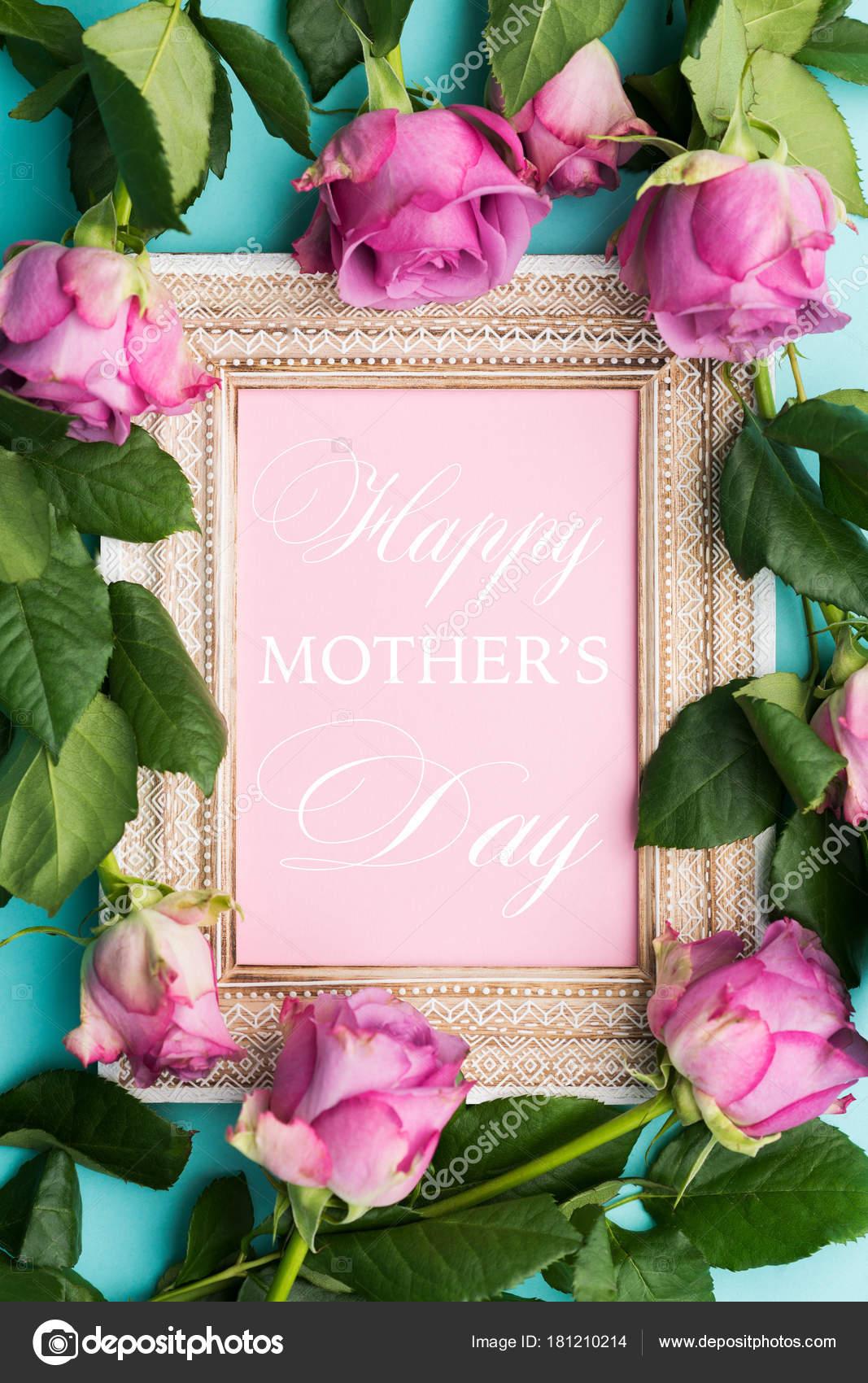 2c687db6195d0 Feliz dia das mães plana colocar plano de fundo. Porta-retrato vintage de  madeira linda com desejo de feliz dia das mães e rosas frescas — Foto de ...