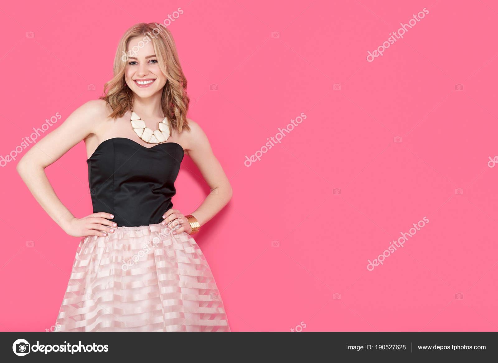 Mujer Joven Rubia Atractiva Vestido Fiesta Elegante Joyas Oro Chica ...