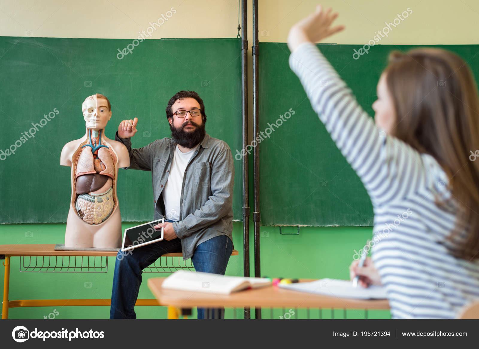Joven Hispana Profesor Clase Biología Con Tableta Digital Anatomía ...