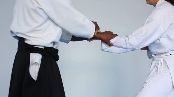 Harcművészeti mester a fekete hakamát gyakorlatban Aikido egy nő