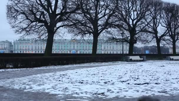 Zimní pohled na burze park a Zimní palác na pozadí