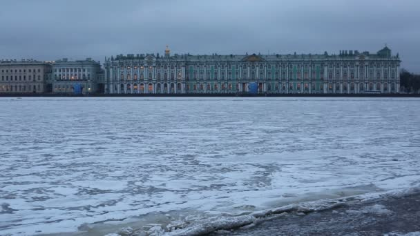 Zimní pohled řeka Něva zamrzlá a Zimní palác na pozadí
