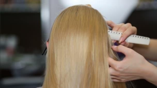 Blondýnka v vlasové studio