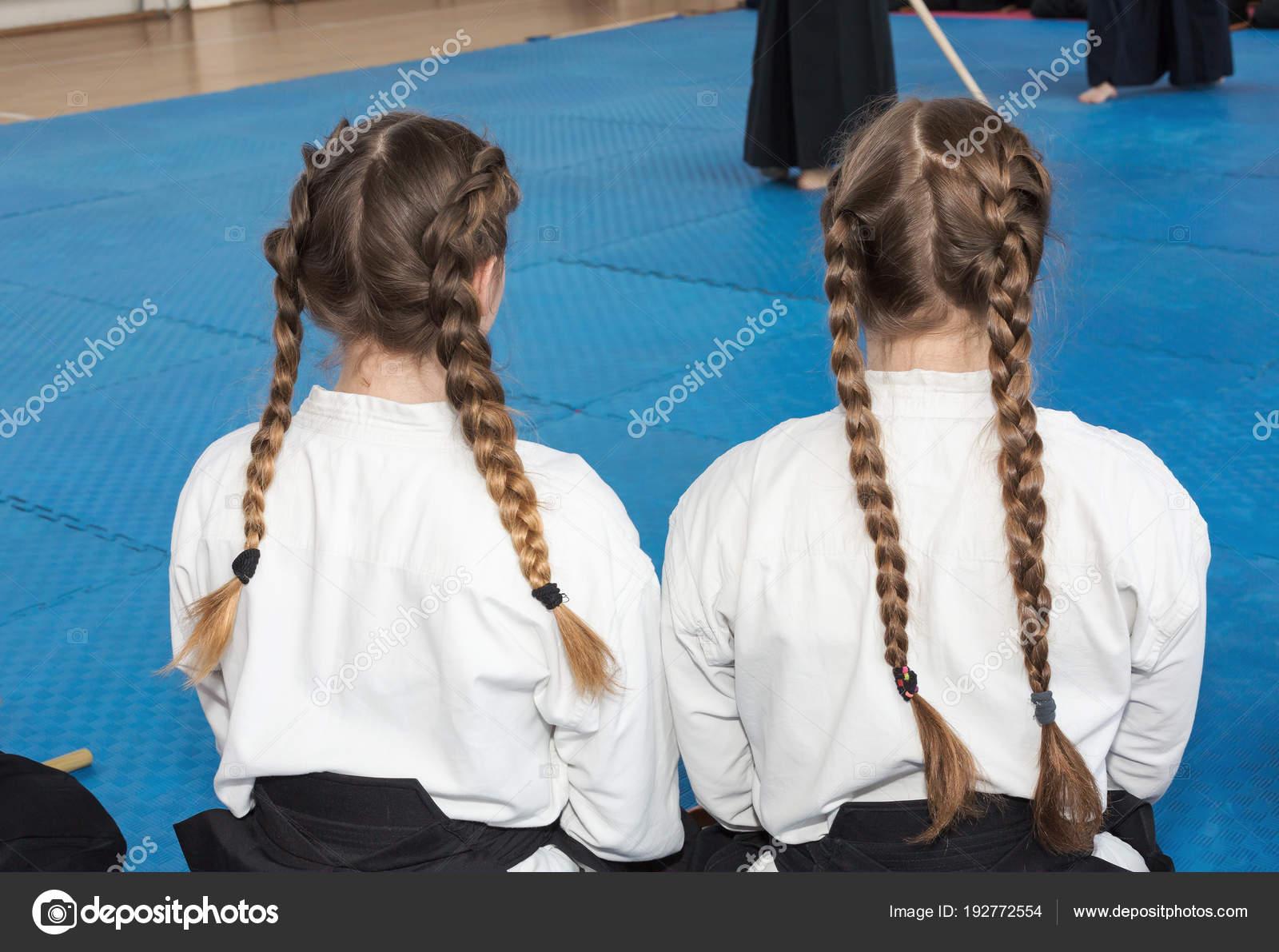 Dos chicas en kimono y hakama en entrenamiento en artes marciales ...