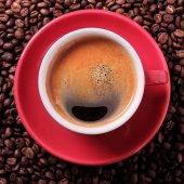 Červená kávy šálek espresso pečené fazole detailní pohled shora