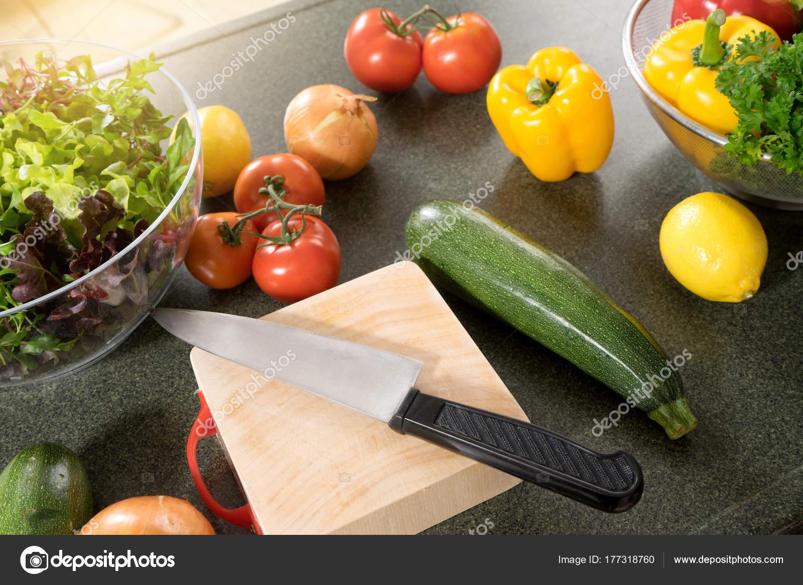 Moderne Küche zu Hause vorbereiten Rohkost für Salat — Stockfoto ...