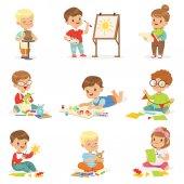 Fotografia I bambini piccoli nella classe di arte nella scuola facendo diverse attività creativa, pittura, lavorando con stucco e carta di taglio