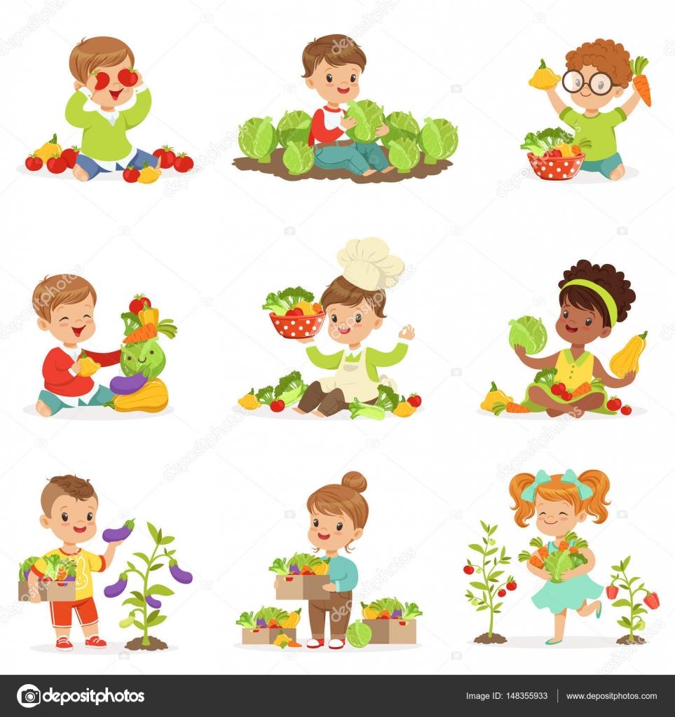 Lindos niños pequeños jugando, recogiendo y preparando las verduras ...