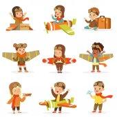 Fotografia Bambini In costumi pilota sognando pilotando laereo, giocare con i giocattoli del fumetto adorabile personaggi