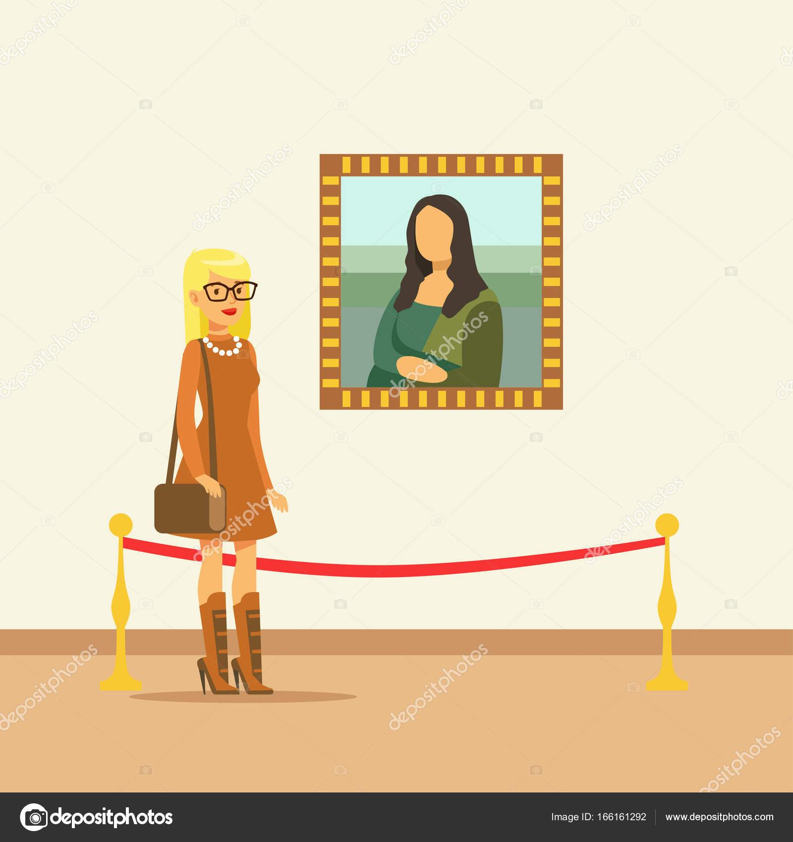 Mujer joven mirando el cuadro que colgar en la pared de la galería ...