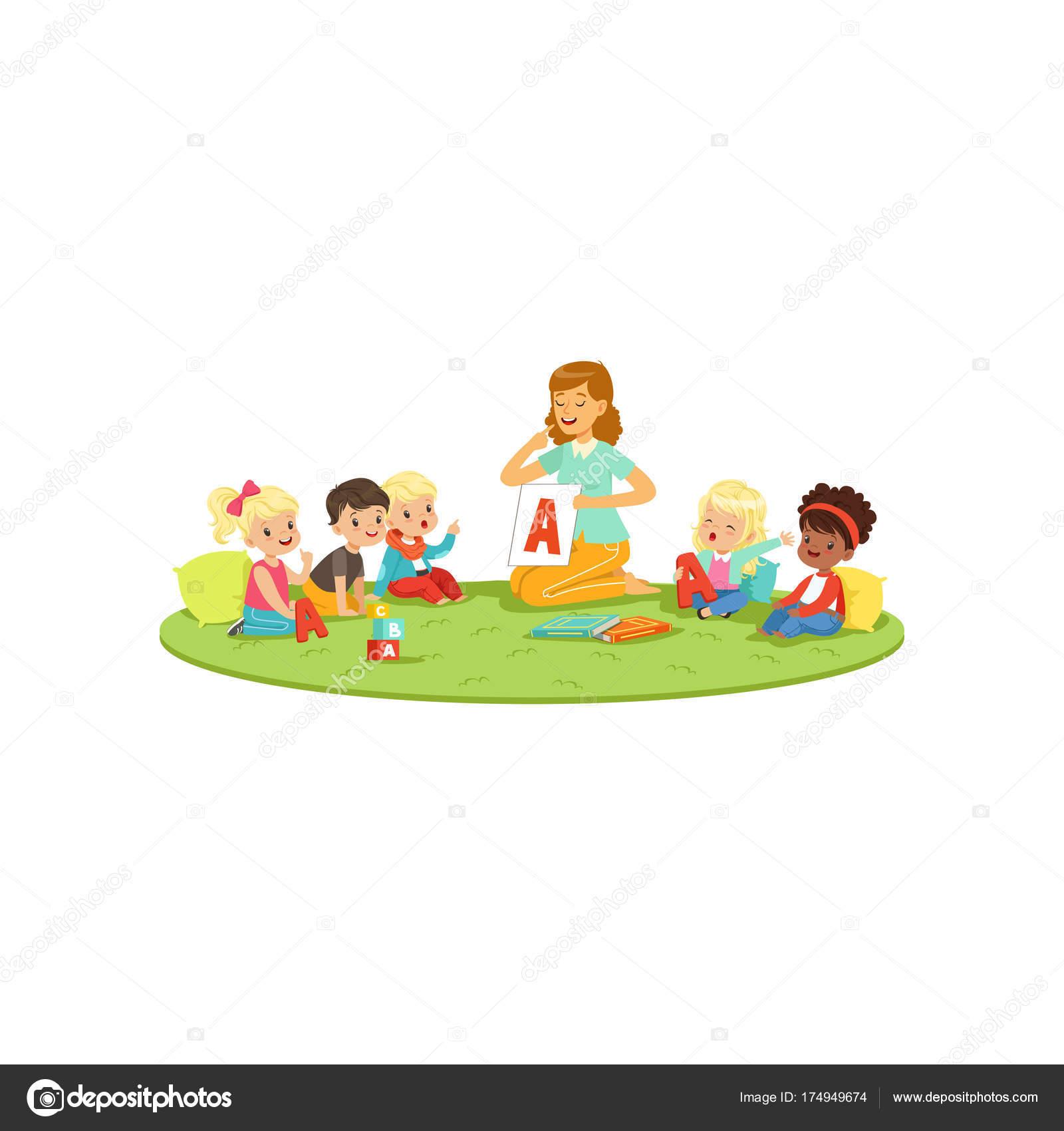 Dzieci Siedząc Na Dywanie Z Nauczycielem I Nauka Wymowy