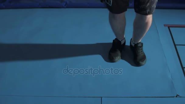 Boxer nohy švihadlo poblíž boxerský ring