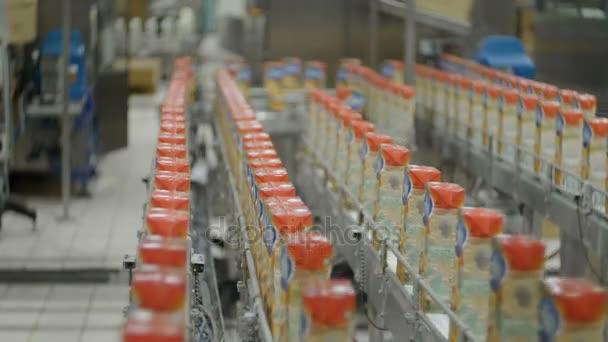 Fabrik. Saftproduktion. Förderband