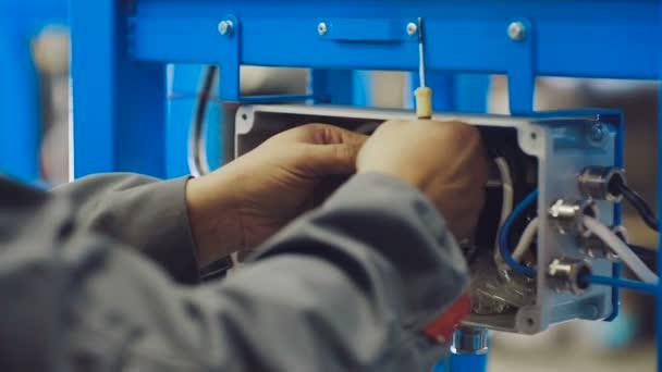 Whit elektrikář elektrické kabely. Technik při práci s elektrickým