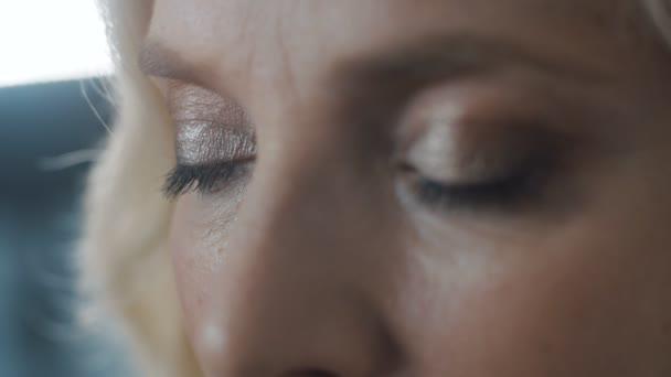 Smutná žena otevírá oči. Smutný a melancholický pohled, detailní portrét