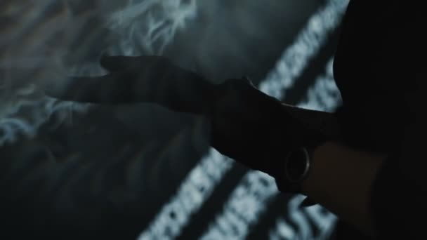 Tatuatore indossando guanti neri