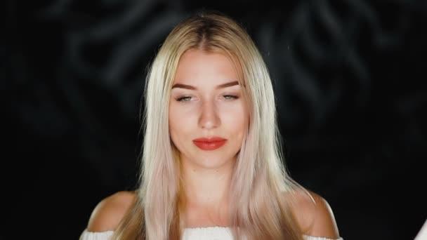 Kaukázusi nő mosolygó arc. Szépség és szexi nő. Sötét, fekete háttér