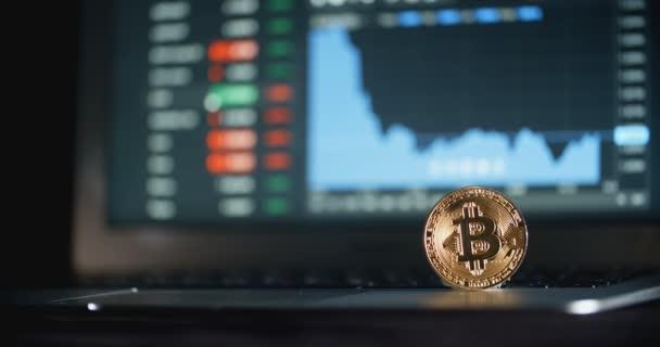 Érme Bitcoin a laptop és a Cryptocurrency kereskedelmi képernyőn a háttér