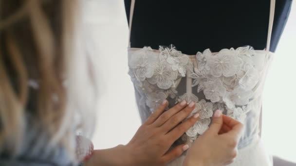 Módní návrhářka pro nevěsty v jejím ateliéru piny krajky jehly a květiny Wdding šaty