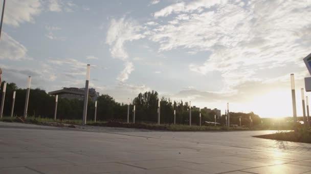 Junge Skateboarder skateboarden und Jumping Ollie Trick im Sonnenuntergang