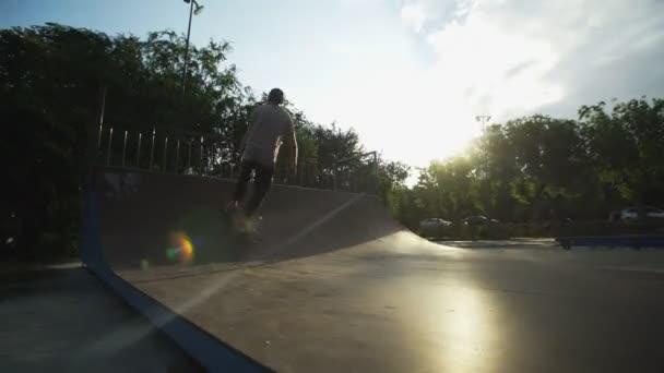 Junger Profi-Skateboarder trickst auf einer Rampe