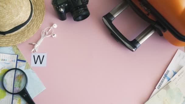 Horní pohled ruce ležící na růžovém stole slovo WEEKEND