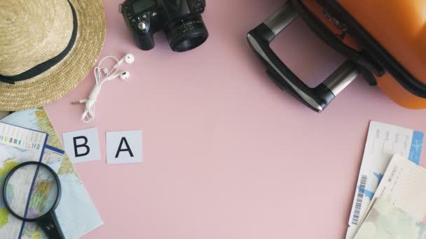 Horní pohled ruce ležící na růžovém stole slovo BANGKOK