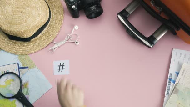Horní pohled ruce ležící na růžovém stole slovo DUBAI
