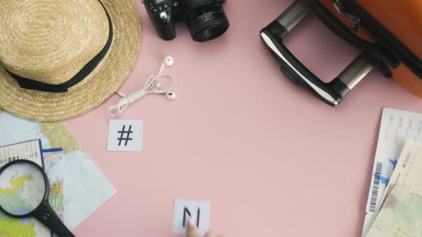 Horní pohled ruce ležící na růžovém stole slovo NEW YORK