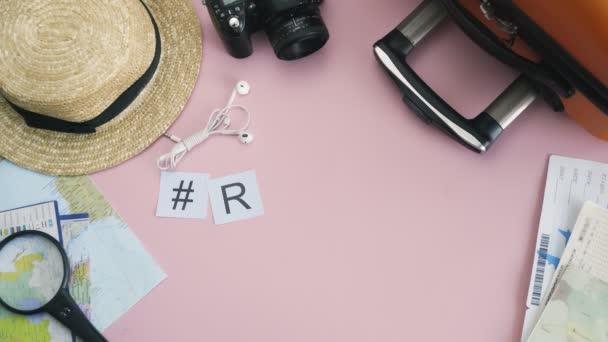 Horní pohled ruce ležící na růžovém stole slovo ŘÍM